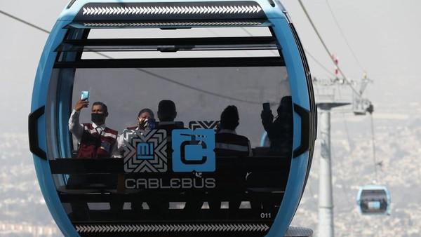Kereta gantung Meksiko atau Cablebus baru saja diluncurkan. Tujuannya adalah untuk mempermudah transportasi warga. (Rebecca Blackwell/AP)