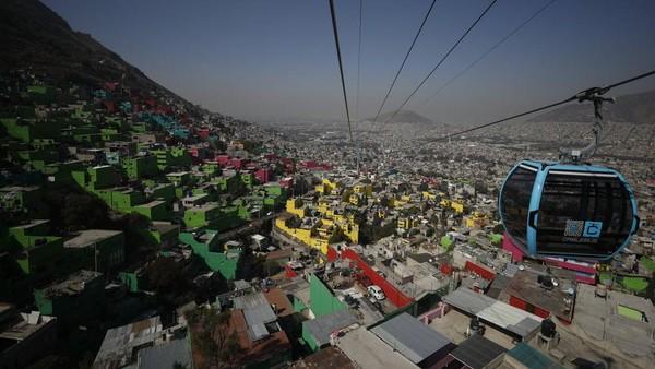 Meksiko meluncurkan jalur kereta gantung di atas kota berpenduduk miskin. (Rebecca Blackwell/AP)