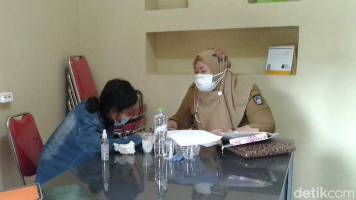 Mahasiswi AA yang tikam selebgram Makassar hingga tewas diperiksa psikolog (Hermawan/detikcom).