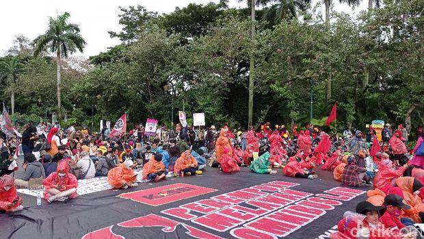Massa Buruh Demo di Patung Kuda Jakpus,