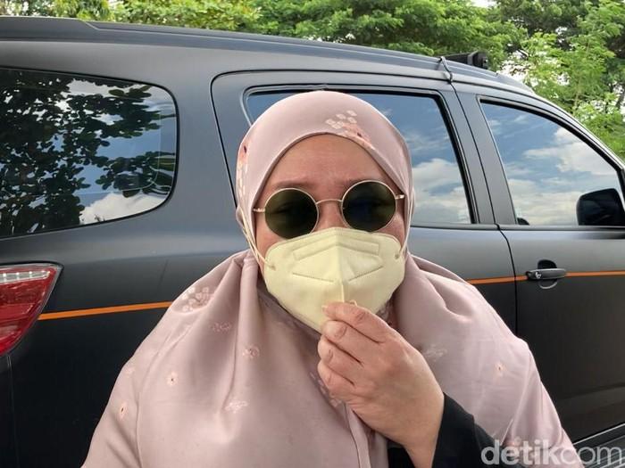Melly Goeslaw ziarah ke makam Rina Gunawan