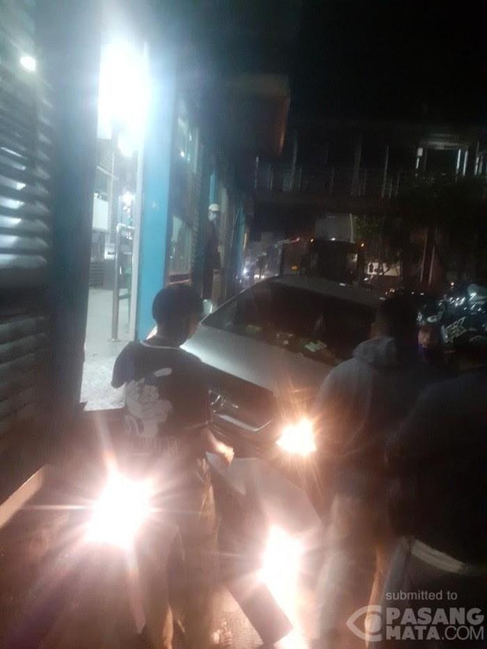 Mobil menabrak Halte TransJ Pasar Jatinegara (Foto diberikan oleh narasumber bernama Sammy)
