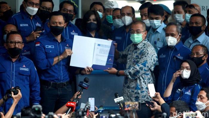 Ketum Partai Demokrat Agus Harimurti Yudhoyono sambangi kantor Kemenkum HAM. Di sana ia menyerahkan berkas partai ke Dirjen AHU Kemenkum HAM.