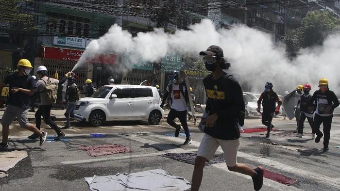 Aksi tolak kudeta militer masih berlangsung di Myanmar. Para demonstran antikudeta pun kembali turun ke jalan menyusul seruan serikat pekerja untuk mogok massal