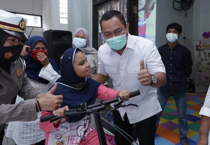 Pemkot Semarang Hendrar Prihadi menyerahkan bantuan alat fisioterapi untuk anak difabel.