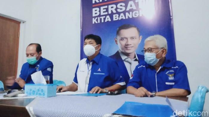 Pengurus DPC Partai Demokrat Klaten memberikan keterangan kepada wartawan, Senin (8/3/2021).