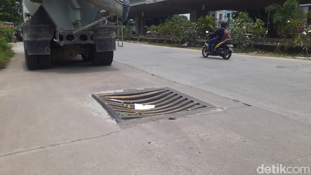 Penutup gorong-gorong di depan area parkir Grand Metropolitan Mall, 8 Maret 2021. (Afzal Nur Iman/detikcom)