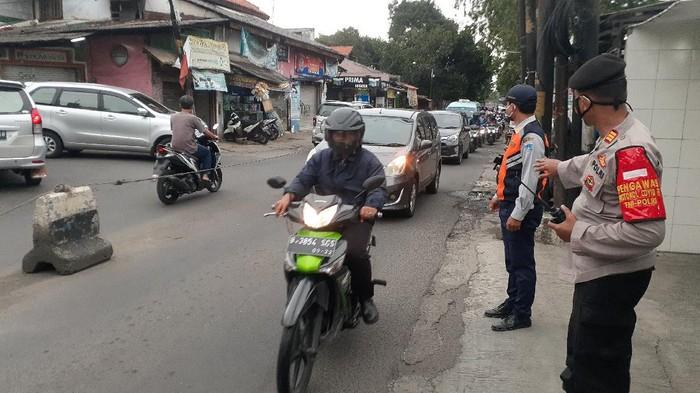 Petugas mengatur lalu lintas di Jalan Moh Kahfi I yang sering macet.