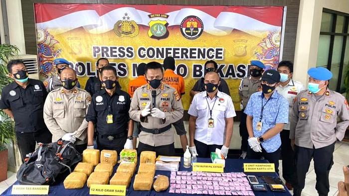 Polres Metro Bekasi tangkap kurir 12 Kg sabu dan 3.750 pil ekstasi di Bekasi. Foto dikirim Kasat Narkoba Polres Metro Bekasi Kompol Budi Setiadi.