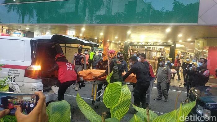 Seorang pria tewas terjatuh dari lantai 2 ke lantai LG di Tunjungan Plaza (TP) 1. Jenazah korban kini sudah dievakuasi menggunakan mobil PMI Surabaya.