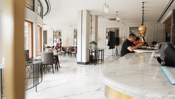 Selain bisa menyantap hidangan khas Belanda dan Eropa, wisatawan juga bisa memanfaatkan momen tersebut untuk berfoto-foto. Terlebih, di area Savoy Homann ini merupakan pusat kota dengan pemandangan jalan Asia Afrika.