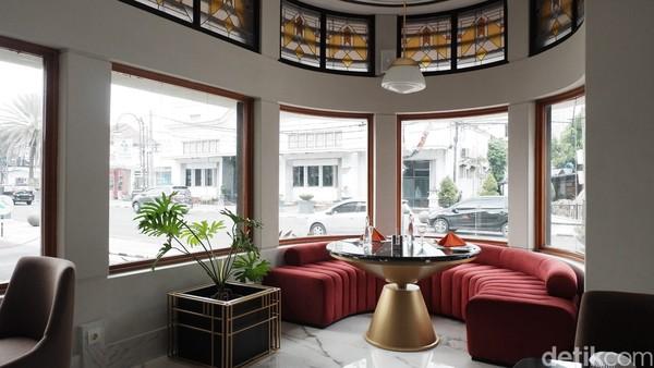 Yang membuat restoran ini berbeda dengan yang lainnya dilihat dari design interiornya yang mengusung gaya Art Deco Modern. Terlihat kaca-kaca jendela bagian atas masih berupa warna-warni dengan ornamen yang menarik.