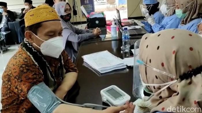 Ribuan ulama dan imam masjid di Cianjur menjalani vaksinasi Corona