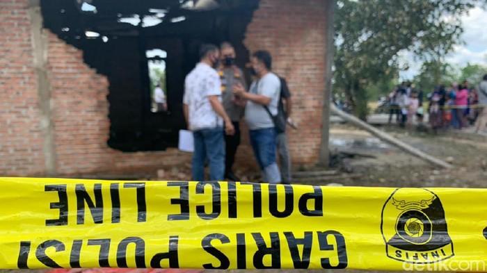 Satu unit rumah di Pekanbaru terkabar dan mengakibatkan seorang balita tewas (Raja Adil/detikcom)