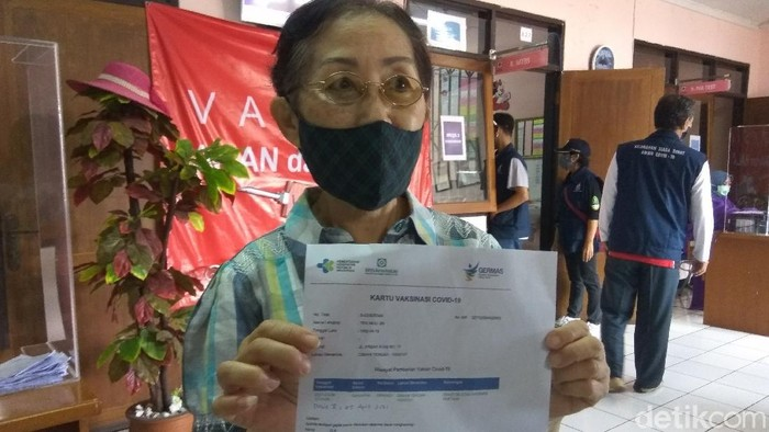 Seorang lansia di Cimahi telah menjalani vaksinasi COVID-19.