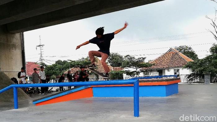 Skate park yang berada di bawah Flyover Purwosari, Solo, mulai dibuka untuk publik hari ini. Area itu pun tampak ramai oleh anak muda yang bermain skateboard.