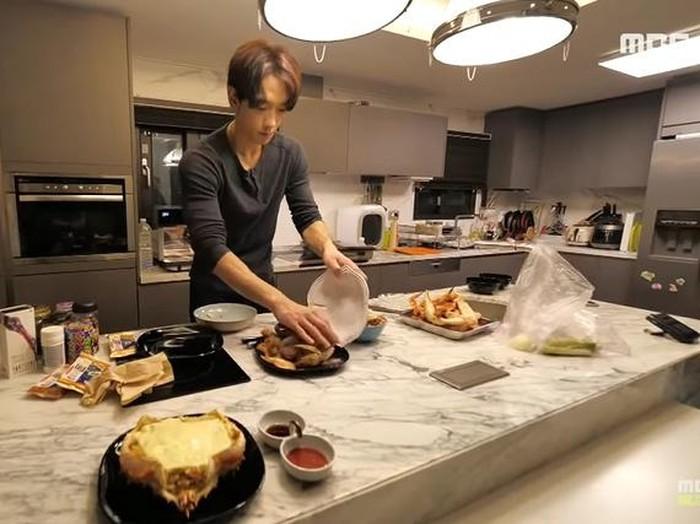 Suasana dapur rumah Rain dan Kim Tae Hee yang rapi dan minimalis