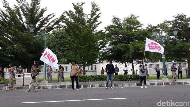 Suasana saat aksi damai memperingati Hari Perempuan Internasional di depan kantor Gubernur DIY, Senin (8/3/2021)