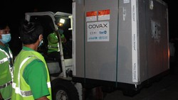 Vaksin COVID-19 AstraZeneca tiba di Indonesia. Sebanyak 1.113.600 vaksin itu mendarat di Bandara Soekarno Hatta, Tangerang, Senin (8/3/2021).