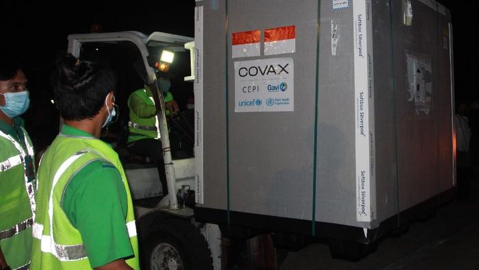 Pekerja kargo menurunkan kontainer berisi vaksin COVID-19 AstraZeneca dari atas pesawat setibanya di Bandara Internasional Soekarno Hatta, Tangerang, Banten, Senin (8/3/2021). Sebanyak 1.113.600 vaksin virus corona (COVID-19) jadi asal perusahaan farmasi InggrisAstraZenecatiba di Indonesia melalui skema kerja sama multilateral Aliansi Global untuk Vaksin dan Imunisasi (GAVI) COVAX Facility yang selanjutkan akan diproses di Bio Farma, Kota Bandung. ANTARA FOTO/Muhammad Iqbal/wsj.