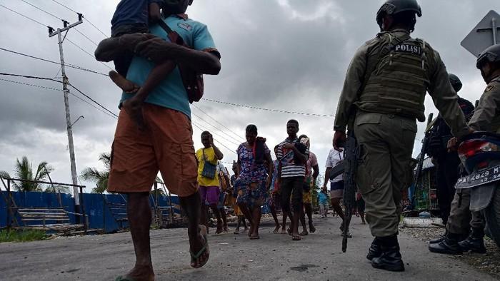 Warga Kampung Asmat di Mimika, Papua beramai-ramai palang jalan