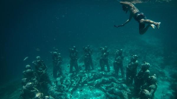 Selain untuk spot foto di bawah laut, 48 patung di bawah laut ini diciptakan untuk mengembangbiakkan terumbu karang.
