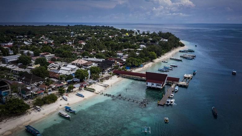 Foto udara suasana Gili Trawangan di Kepulauan Gili, Lombok Utara, Nusa Tenggara Barat, Minggu (7/3/2021). Kepulauan Gili merupakan salah satu destinasi wisata keunggulan Lombok yang terdiri dari tiga pulau, yaitu Gili Trawangan, Meno, dan Air. ANTARA FOTO/Aprillio Akbar/hp.