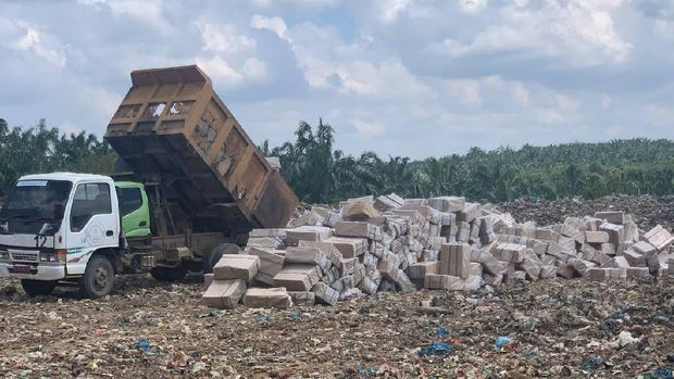 Sebanyak 10,2 juta batang rokok ilegal merek Luffman dimusnahkan di Tempat Pembuangan Sampah (TPS), Aceh Utara, Aceh. Pemusnahan dilakukan setelah ada putusan berkekuatan hukum tetap dari pengadilan.