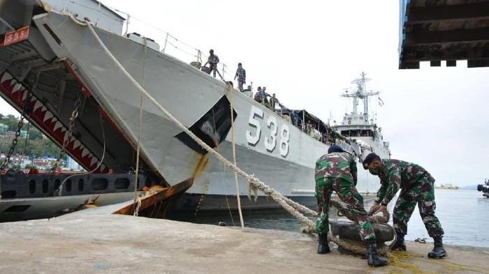 2 Kapal perang TNI menurunkan 1.350 prajurit di Jayapura, Papua
