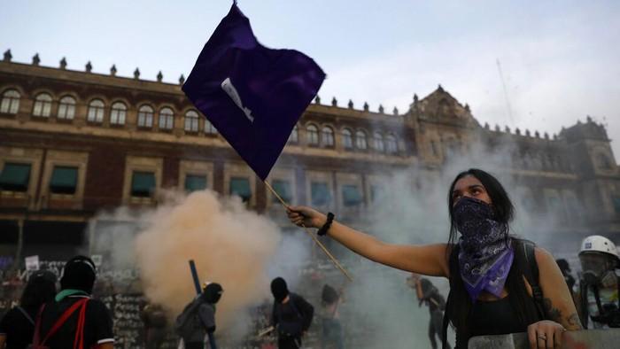 Warga Meksiko memperingati Hari Perempuan dengan menggelar unjuk rasa di Istana Nasional. Demo itu berakhir bentrok antara demonstran dan polisi.