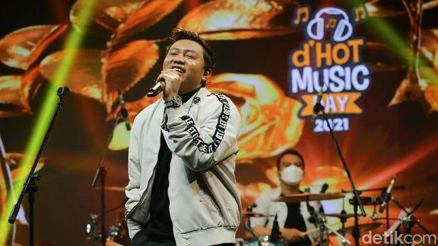 Denny Caknan saat tampil di acara d'HOT Music Day 2021.