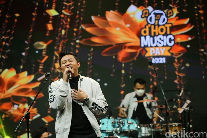 Denny Caknan saat tampil di acara dHOT Music Day 2021.