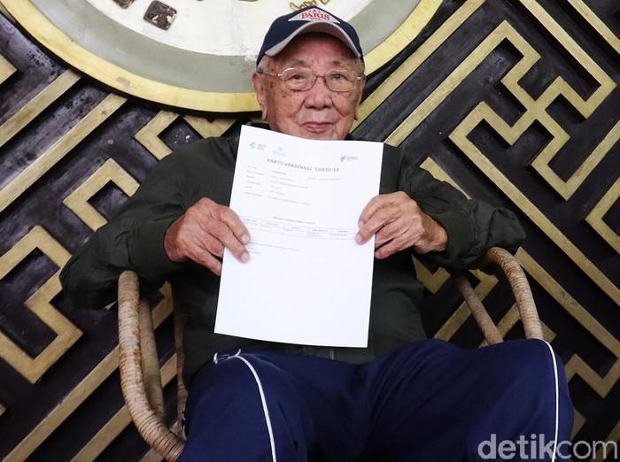 Eddy Yoshawirja menjadi penerima vaksin Corona tertua di Indonesia. Pria yang pada Juni mendatang genap 100 tahun itu tak mengeluhkan apapun usai divaksin.