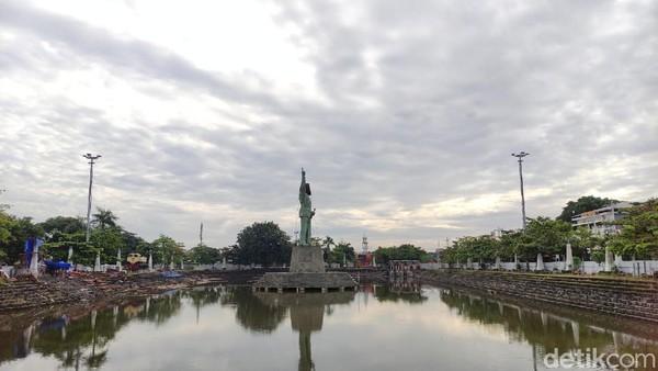 Dengan pose tangan kanan mengacung ke atas dan posisi menghadap ke selatan, patung ini berlokasi di tengah Polder Tawang depan Stasiun Tawang Semarang. (Angling Adhitya Purbaya/detikcom)