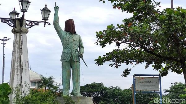 Patung Bung Karno ini terlihat sudah rampung, namun bagian kepala masih ditutupi kain. (Angling Adhitya Purbaya/detikcom)