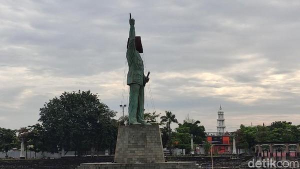 Plaza patung Bung Karno didesain oleh seniman asal Bali yang berdomisili di Bandung. (Angling Adhitya Purbaya/detikcom)