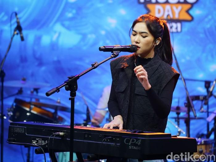 Isyana saat tampil di acara dHOT Music Day 2021.