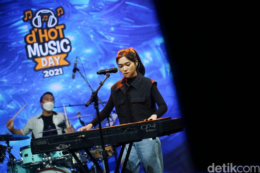 Isyana saat tampil di acara d'HOT Music Day 2021.