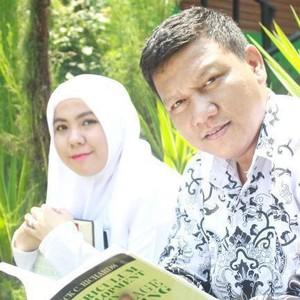 Cerita Lengkap Guru Menikahi Muridnya yang Viral, Beda Usia 18 Tahun