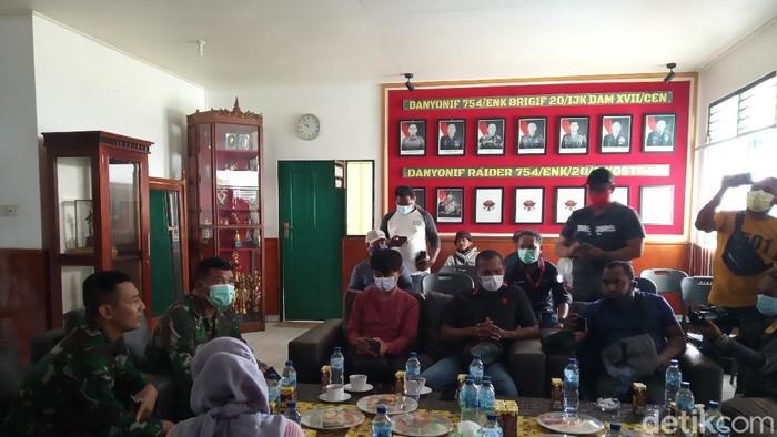 Komandan Yonif Raider 754/ Eme Neme Kangasi/20/3 Kostrad, Mayor Inf. Doni Firmansyah memberikan keterangan di kantornya