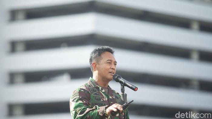 Kepala Staf Angkatan Darat (KSAD) Jenderal Andika Perkasa menggelar konferensi pers terkait Aprilia Manganang.