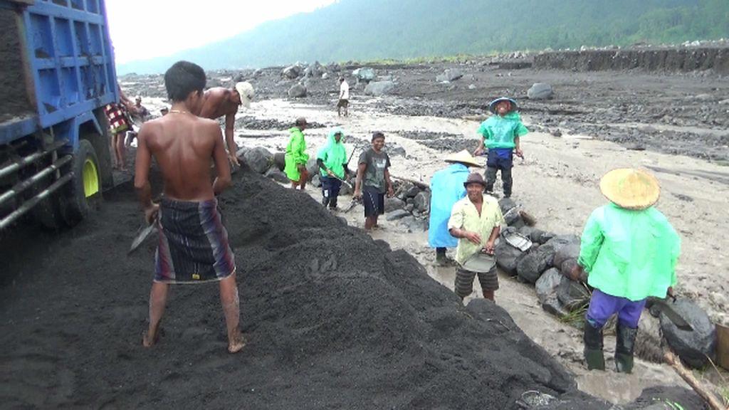 Banjir Lahar Semeru Bawa Material Vulkanis Berkah Penambang Pasir Lumajang