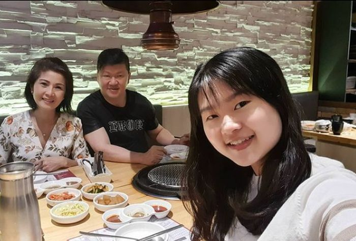 Momen Meilia Lau, Ibunda Felicia saat Makan Bersama Keluarga