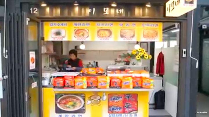 Mirip Warkop! Di Korea Ada Warung Mie Instan Kaki Lima