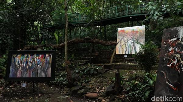 Setidaknya ada 15 hasil karya Hassan yang ditampilkan. Seluruhnya berbentuk abstrak dan punya makna lingkungan yang ia eksplor dengan memasukkan warna terang gelap hingga corak pepohonan.