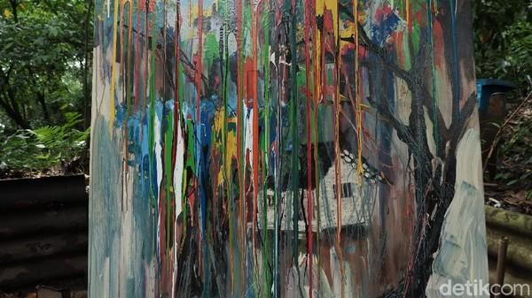 Eddy menuturkan, bahasa rupa yang diemban Hassan dalam pameran tunggalnya ini merupakan karakter penggambaran aspek lingkungan hidup yang memberikan dampak kuat bagi kehidupan. Maka dari itu, meskipun berbentuk abstrak, Hassan tetap memunculkan corak pepohonan di tiap-tiap hasil lukisannya.