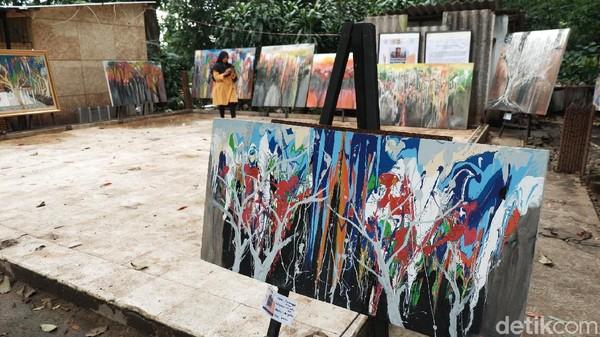 Meskipun cuaca hujan, lukisan-lukisan Hassan tak lantas dipindah tempat. Ia membiarkan lukisan-lukisannya itu menyatu dengan alam dan cuaca tanpa pandang kondisi dan situasi.