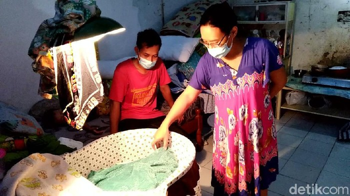 Pasangan Ayu Endang Pujiati dan Syarifuddin Hidayatullah, orang tua bayi yang lahir tanpa tempurung kepala di Solo saat ditemui di rumahnya, Sidorejo, Kelurahan Mangkubumen, Banjarsari, Solo, Selasa (9/3/2021).