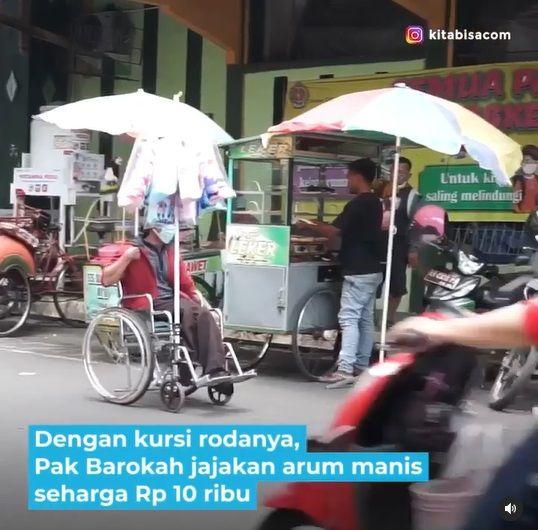 Pria penyandang disabilitas berjualan arum manis keliling Yogyakarta memakai kursi roda.