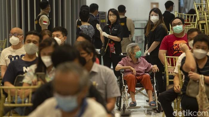 Sebanyak 500 lansia di kawasan Jakarta Barat antre mengikuti vaksinasi COVID-19. Vaksinasi di dgelar di Lippo Mall Puri.